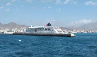 Navio no porto do Mindelo
